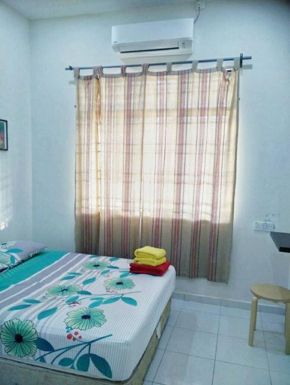 Master bedroom Homestay Murah di Kepala Batas