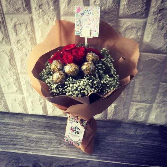 jambangan bunga dengan ferero roche Surprise Delivery