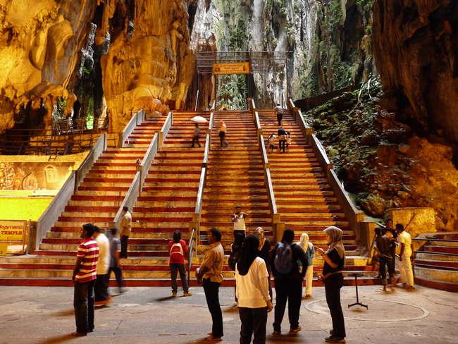 Pakej Tour Kuala Lumpur di anak tangga batu caves