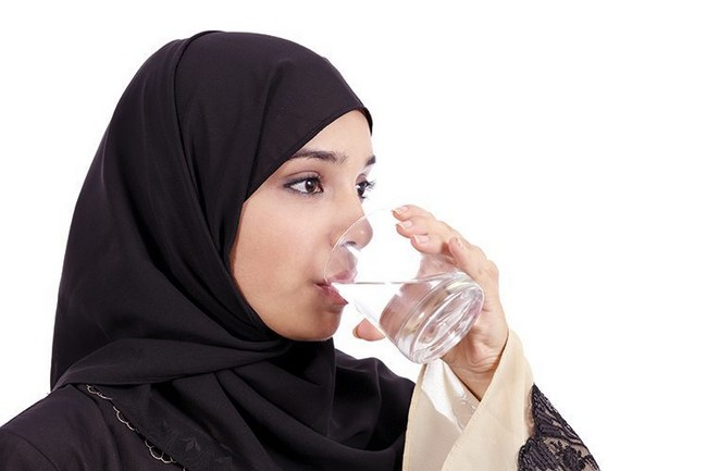 wanita-muslimah-minum-air