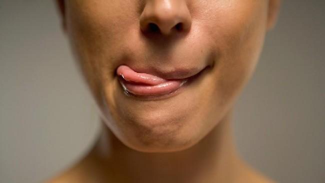 tips-atasi-bibir-merekah
