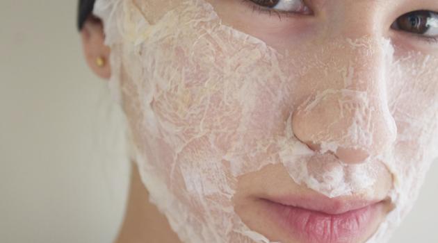 langkah melicinkan kulit wajah cara tradisional dengan putih telur