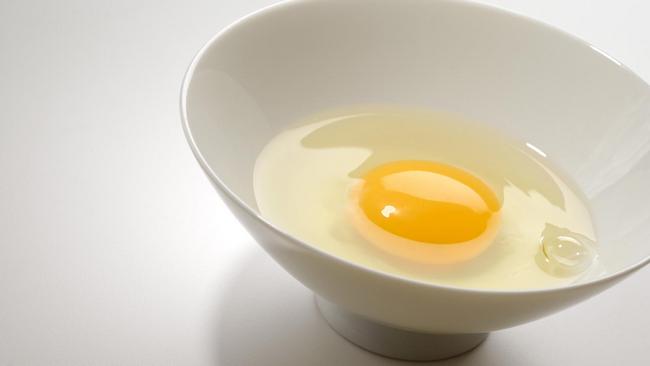 melicinkan kulit wajah cara tradisional dengan putih telur