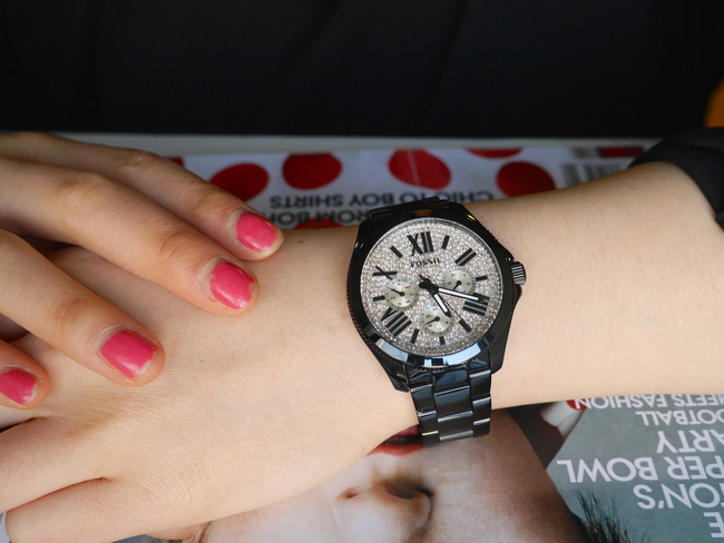 wanita menggayakan jam tangan fossil