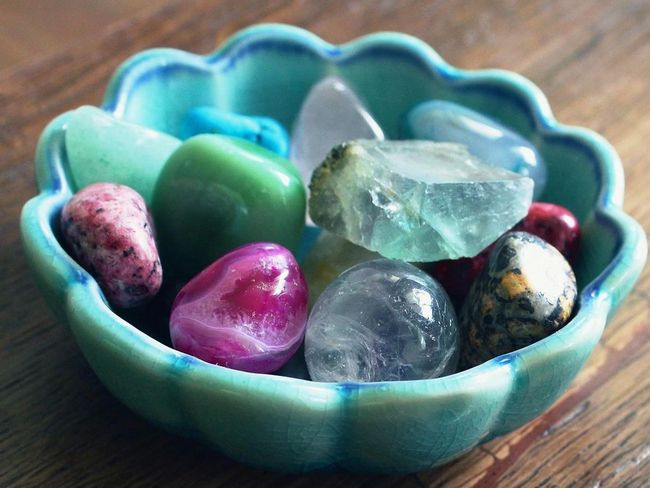 buang aura negatif dengan batu kristal