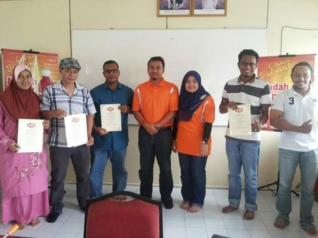 peserta menerima sijil kursus